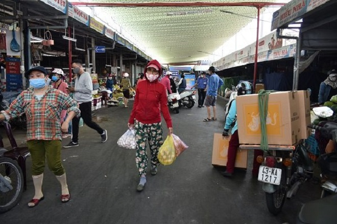 Những người mua hàng tại Chợ Cồn, một trong những chợ truyền thống lớn tại Đà Nẵng, cũng tuân thủ nghiêm túc các quy định phòng chống Covid-19
