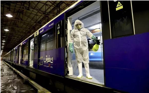 Nhân viên đang khử trùng tàu điện ngầm tại Tehran, Iran (Ảnh: AP)