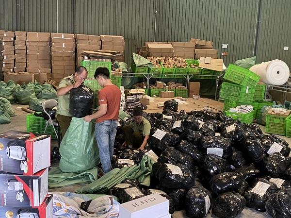 Lực lượng chức năng kiểm tra hàng hóa vi phạm