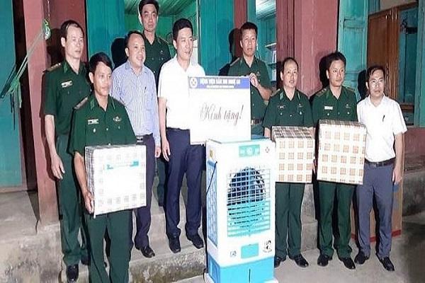 Đoàn công tác tặng quà cho trạm quân dân y kết hợp