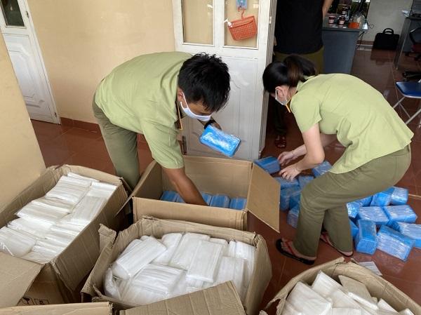 Lực lượng QLTT tỉnh Gia Lai đang kiểm đếm số khẩu trang vi phạm