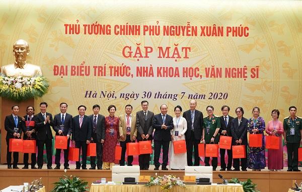 Thủ tướng Nguyễn Xuân Phúc tặng quà các đại biểu dự buổi gặp mặt (Ảnh: VGP/Quang Hiếu)