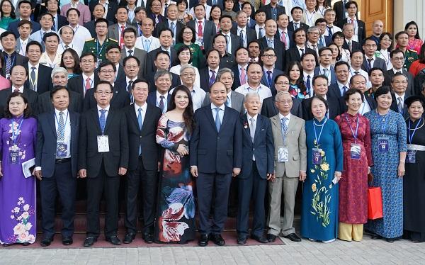 Thủ tướng Nguyễn Xuân Phúc chụp ảnh lưu niệm với các đại biểu (Ảnh: VGP/Quang Hiếu)