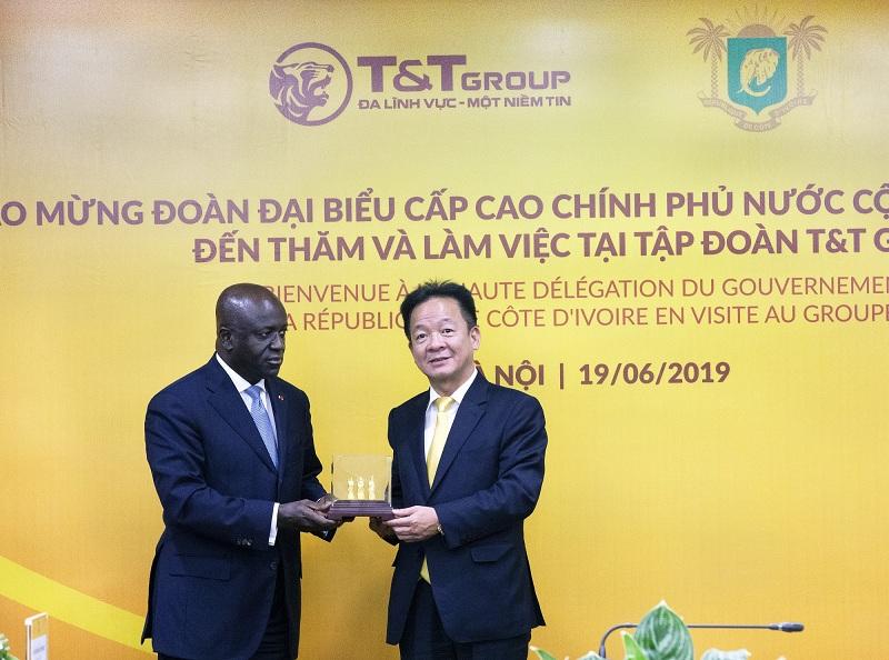 Chủ tịch HĐQT kiêm Tổng Giám đốc Tập đoàn T&T Group Đỗ Quang Hiển trao quà lưu niệm cho Bộ trưởng Bộ Ngoại giao Bờ Biển Ngà Marcel Amon Tanoh nhân dịp Bộ trưởng đến thăm và làm việc tại T&T Group năm 2019.