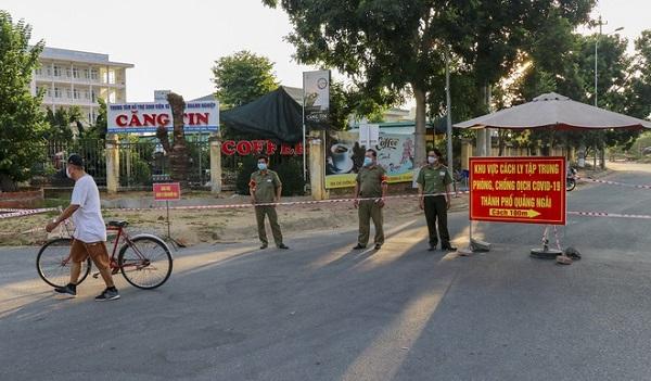 Lực lượng công an túc trực tại khu cách ly tập trung phòng, chống dịch Covid-19 phía trước ký túc xá, Đại học Phạm Văn Đồng (TP Quảng Ngãi). Ảnh: Minh Hoàng.