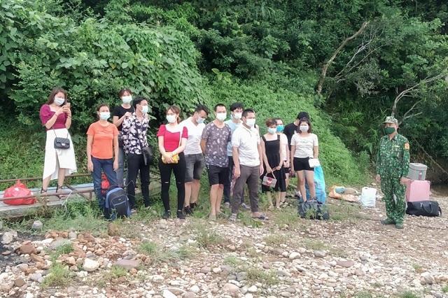 Nhóm 29 người nhập cảnh trái phép qua sông biên giới Móng Cái bị Tổ tuần tra kiểm soát của Đồn Biên phòng Bắc Sơn bắt giữ tối 30.7. Ảnh: Hữu Việt