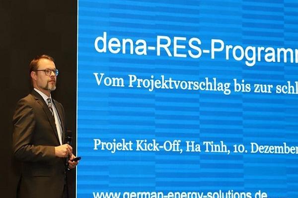 Đại diện Công ty ME-LE (CHLB Đức) phát biểu tại hội nghị giới thiệu tiềm năng, cơ hội đầu tư và hợp tác giữa tỉnh Hà Tĩnh với bang Mecklenburg – Vorpommenrn (CHLB Đức)