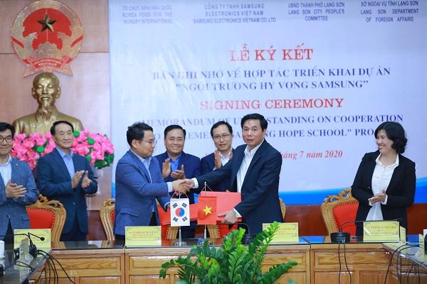 Ông Park Sung Geun - Phó TGĐ Samsung Việt Nam và ông Nguyễn Văn Hạnh - Chủ tịch UBND tỉnh Lạng Sơn ký kết Biên bản Ghi nhớ triển khai dự án