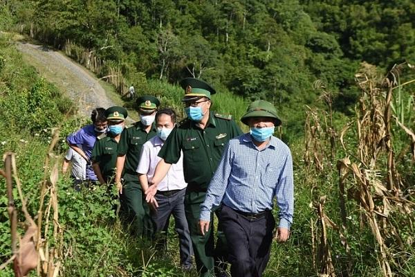 PGS.TS Dương Đình Chỉnh cùng đoàn thị sát các điểm, chốt phòng dịch tại biên giới miền núi Nghệ An
