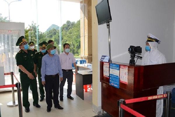 Đoàn công tác do PGS. TS Dương Đình Chỉnh, Giám đốc Sở Y tế Nghệ An dẫn đầu, đã kiểm tra công tác phòng chống dịch tại Cửa khẩu Quốc tế Nậm Cắn