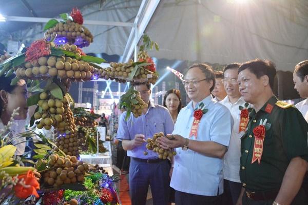 Bí thư Tỉnh ủy Hưng Yên Đỗ Tiến Sỹ cùng các đại biểu tham quan gian trưng bày, giới thiệu sản phẩm nhãn của huyện Khoái Châu tại lễ hội