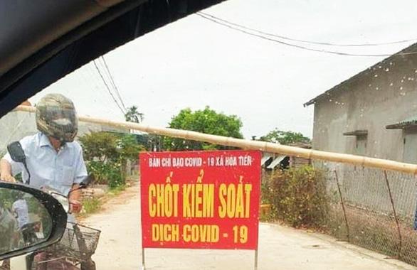 Một đường vào thôn Bùi, xã Hòa Tiến được chốt chặn để kiểm soát hoạt động ra vào