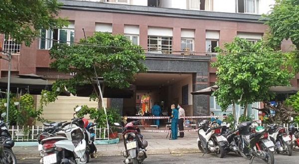 Lực lượng chức năng tiến hành phong tỏa toàn bộ block 2B gồm 116 căn hộ tại chung cư Thái An 2, đường Nguyễn Văn Quá