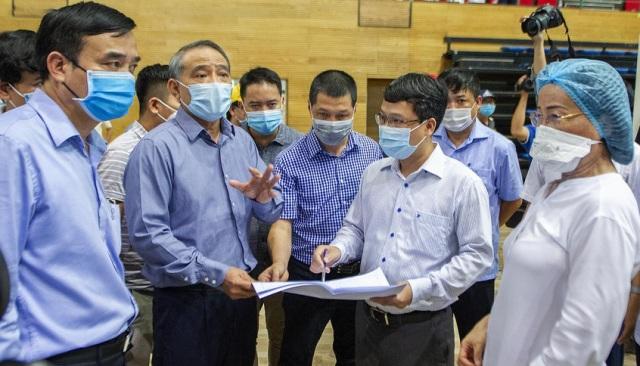 Bí thư Thành ủy Trương Quang Nghĩa (trái) kiểm tra tiến độ xây dựng bệnh viện dã chiến sáng 2-8. Ảnh: