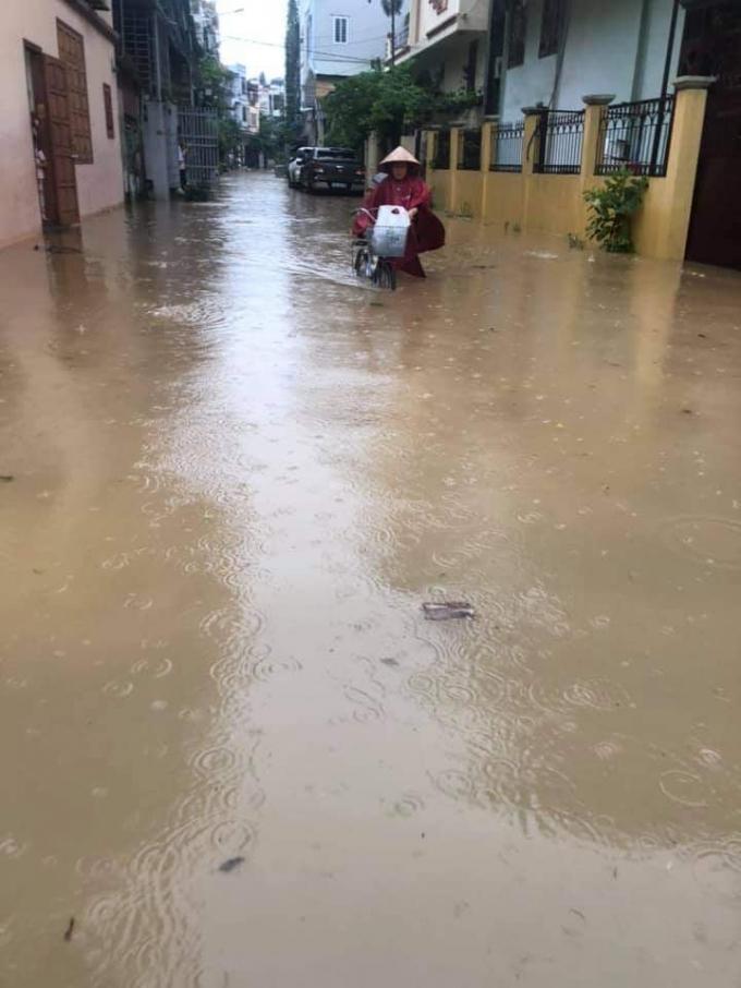 Nước ngập tràn vào từng ngõ xóm.