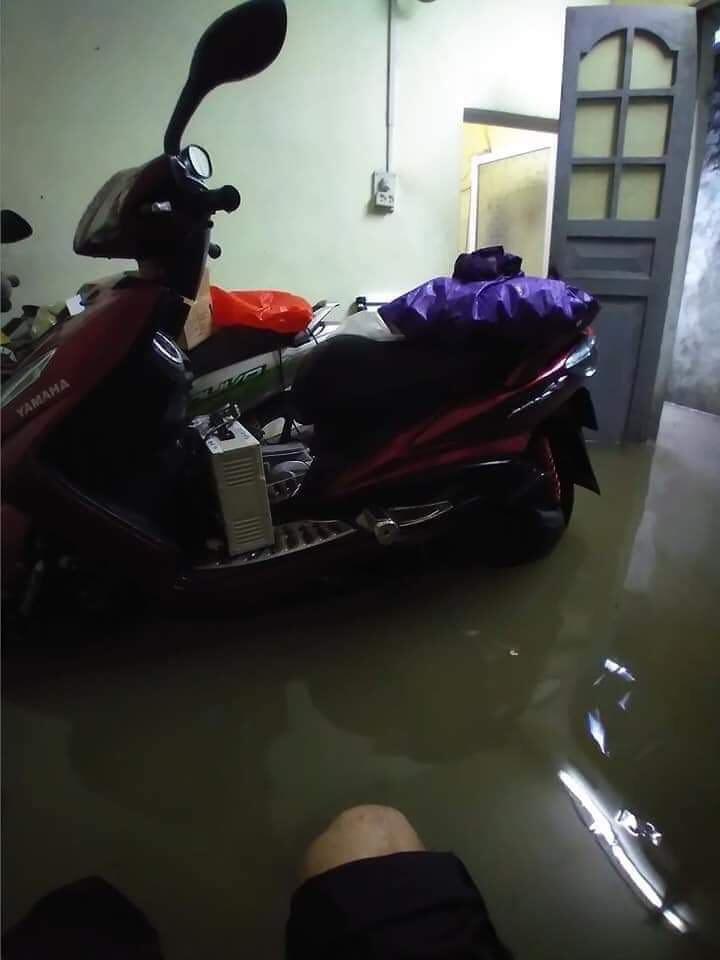 Nước tràn vào nhà dân.