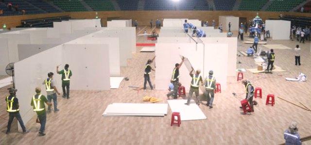 Hiện hàng trăm công nhân đang được huy động để xây dựng phần khung bệnh viện, các nguyên vật liệu như vách ngăn buồng phòng, thảm lót sàn, khung giường bệnh… liên tục được huy động tập kết, vận chuyển nhanh chóng vào bên trong.
