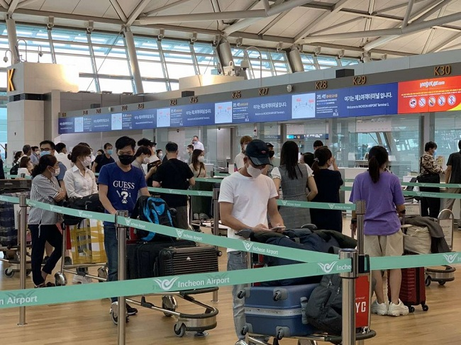 Công dân Việt Nam tại Hàn Quốc xếp hàng chuẩn bị lên máy bay về nước
