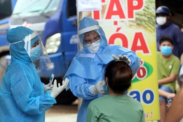 Lực lượng y tế tổ chức xét nghiệm Covid-19 cho người dân trở về từ Đà Nẵng (Ảnh minh họa)