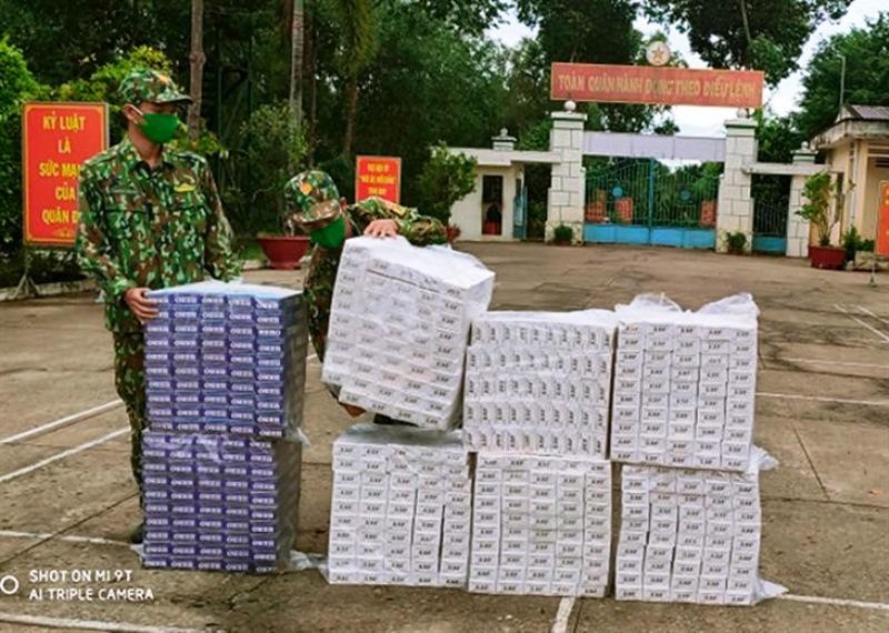 n Biên phòng Mỹ Thạnh Tây, BĐBP Long An tổ chức kiểm đếm tang vật trong vụ vận chuyển thuốc 4.000 gói lá ngoại
