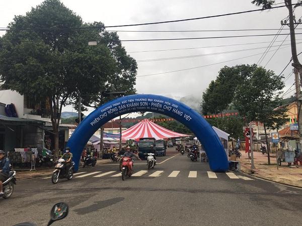Đường vào khu vực tổ chức Phiên chợ