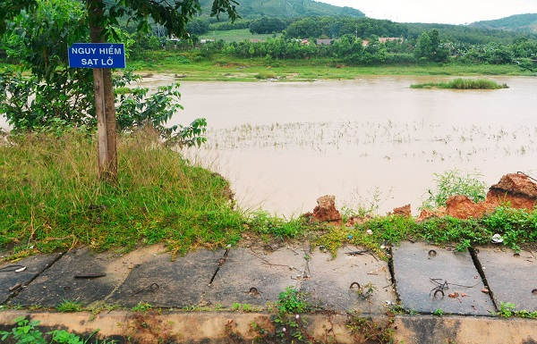 Huyện Kon Rẫy cắm biển cảnh báo vị trí sạt lở gây nguy hiểm (Ảnh: HL)