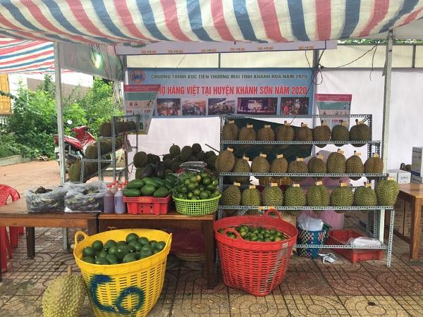Một gian hàng bán các loại trái cây đặc sản Khánh Sơn