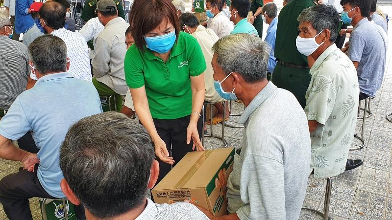 Bà Trần Thị Minh Nguyêt – Phó Chủ tịch HĐQT NutiFood trao quà cho bà con vùng biên giới