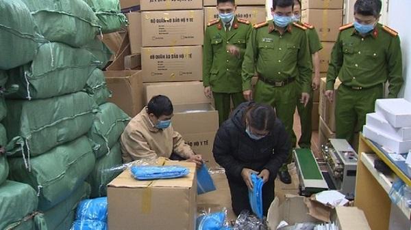 Lực lượng chức năng kiểm tra kho hàng của Công ty Đức Anh