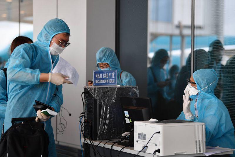 Hành khách làm thủ tục ở bên ngoài nhà ga Sân bay Vân Đồn