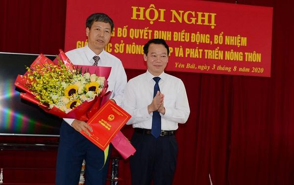 Chủ tịch UBND tỉnh Yên Bái Đỗ Đức Duy trao quyết định và tặng hoa tân Giám đốc Sở NN&PTNT tỉnh Yên Bái Đinh Đăng Luận.