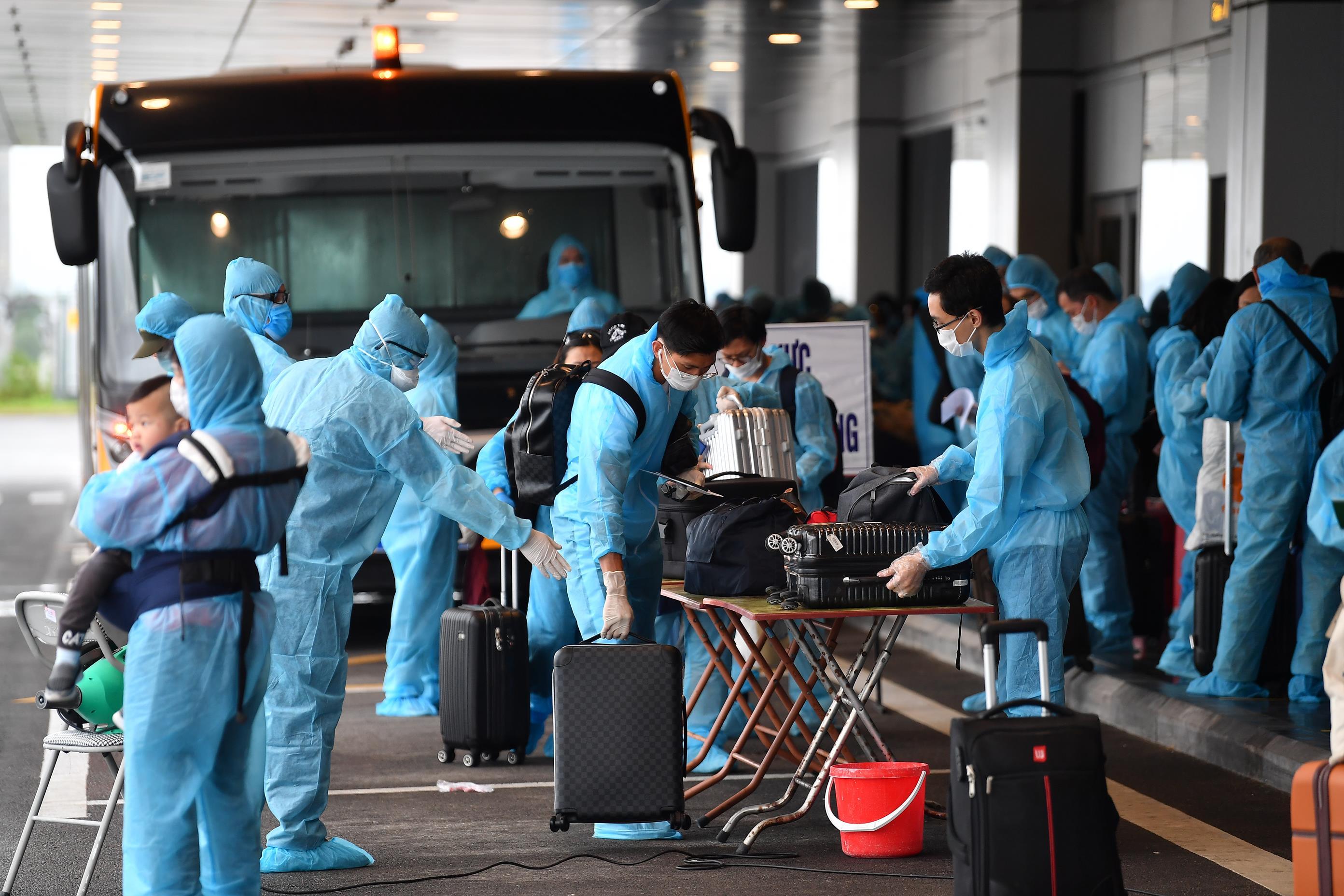 Cầu thủ Đoàn Văn Hậu cũng về nước qua chuyến bay hạ cánh Sân bay Vân Đồn