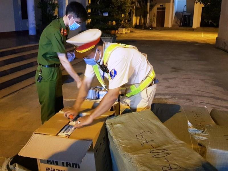 Lực lượng chức năng Hà Tĩnh liên tiếp phát hiện hàng chục ngàn khẩu trang y tế không rõ nguồn gốc trên xe khách