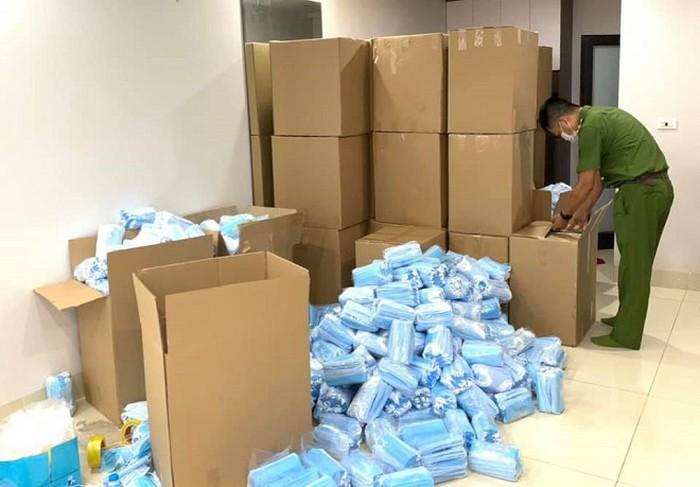 Lực lượng chức năng phát hiện 24.000 chiếc khẩu trang y tế không có nhãn mác