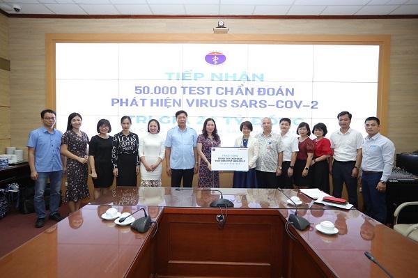 Thứ trưởng Đỗ Xuân Tuyên tiếp nhận hỗ trợ 50.000 test thử xét nghiệm virus SARS-COV-2 do Công ty Cổ phần Sao Thái Dương trao tặng