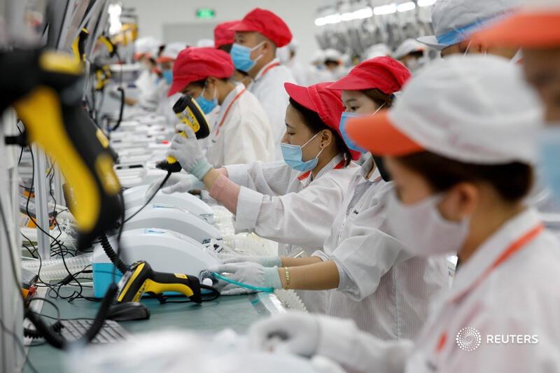 """Với nền tảng công nghiệp – công nghệ sẵn có từ các viện nghiên cứu của VinFast và dây chuyền sản xuất điện thoại thông minh Vsmart, Vingroup đã linh hoạt điều chỉnh để sản xuất máy thở từ cuối tháng 3/2020. Hình ảnh được Reuters thực hiện và tờ Kumparan (Indonesia) dẫn lại trong phóng sự ảnh """"Bên trong khu sản xuất máy thở 'Made in Vietnam"""""""