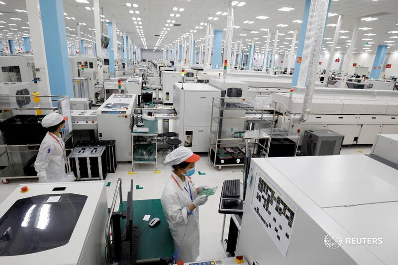 """Nhà máy sản xuất thiết bị thông minh VinSmart sở hữu hệ thống máy móc hiện đại với tỉ lệ tự động hoá cao, sẵn sàng sản xuất các thiết bị điện tử thông minh đáp ứng tiêu chuẩn kĩ thuật quốc tế. Hình ảnh được thực hiện bởi Reuters và tờ Tribune (Phillipines) dẫn lại trong bài """"Công nghệ số thúc đẩy du lịch hậu COVID-19""""."""