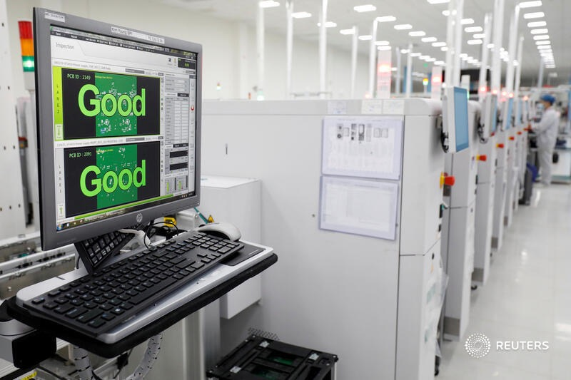 Tại nhà máy VinSmart, chất lượng sản xuất đều được kiểm định tự động, đảm bảo không có sai sót trong quá trình sản xuất. Hình ảnh ghi lại bảng điện tử hiện thị kết quả kiếm tra bo mạch với chất lượng tốt do Reuters thực hiện.
