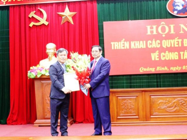 Trưởng Ban tổ chức Trung ương Phạm Minh Chính trao quyết định cho tân Bí thư Tỉnh ủy Quảng Bình Vũ Đại Thắng