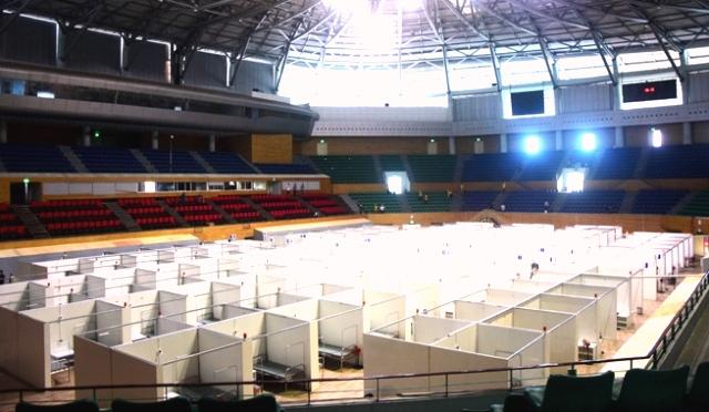 Sau gần 72 giờ khẩn trương thi công, công trình bệnh viện dã chiến tại Cung Thể thao Tiên Sơn đang đi vào hoàn thiện những hạng mục cuối