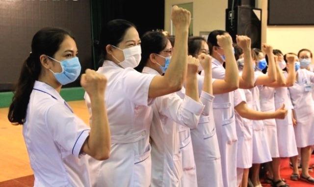 """Đoàn Bác sỹ, điều dưỡng gồm 33 người từ Hải Phòng chi viên vào TP. Đà nẵng thể hiện quyết tâm làm tròn nhiệm vụ cao cả của những """"chiến sĩ áo trắng""""."""
