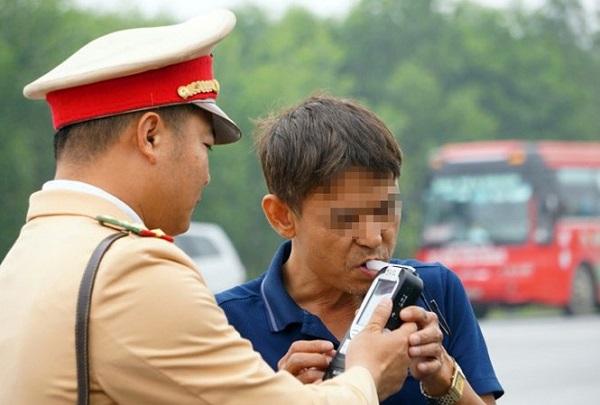 Lực lượng CSGT đo nồng độ cồn đối với người điều khiển phương tiện xe tải