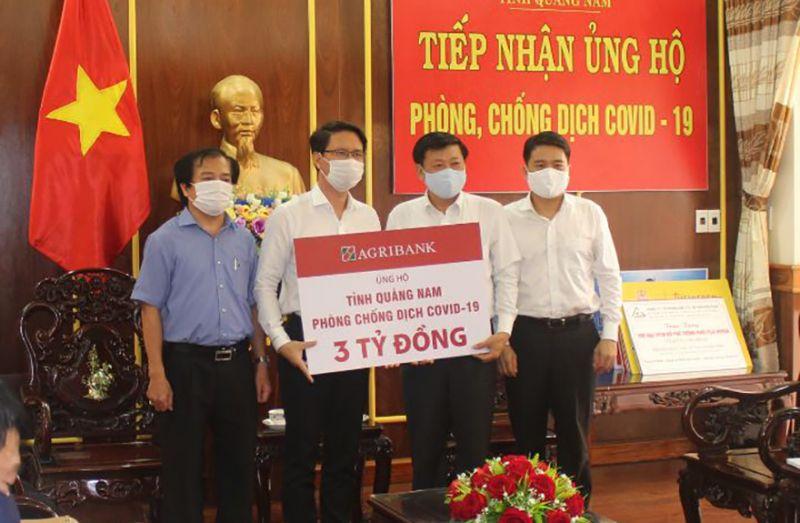 Đại diện Agribank, ông Hà Thạch - Giám đốc Agribank Quảng Nam trao tiền ủng hộ phòng chống dịch Covid-19 cho tỉnh Quảng Nam