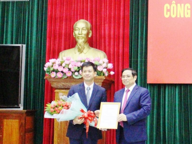 Ông Phạm Minh Chính trao quyết định cho tân Bí thư Tỉnh ủy Quảng Trị Lê Quang Tùng