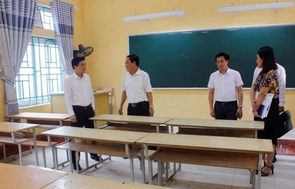 Phó Chủ tịch UBND tỉnh Vũ Việt Văn và lãng đạo Sở GD&ĐT kiểm tra cơ sở vật chất của điểm thi Trường THPT Tam Đảo 2.