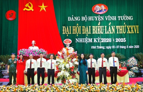 Bí thư Tỉnh ủy Vĩnh Phúc Hoàng Thị Thúy Lan tặng hoa chúc mừng đại hội
