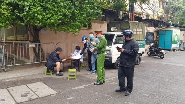Công an phường Nam Đồng (quận Đống Đa) xử phạt người không đeo khẩu trang nơi công cộng (Ảnh Lao động thủ đô)