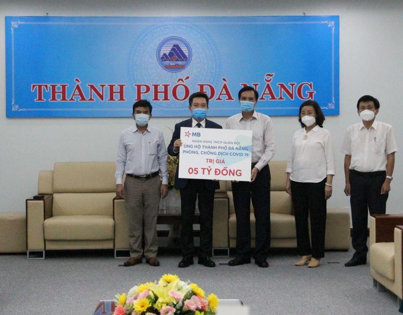 Đại diện Ngân hàng Quân Đội (MB) trao tặng số tiền trị giá 5 tỷ đồng tới UBND Thành phố Đà Nẵng