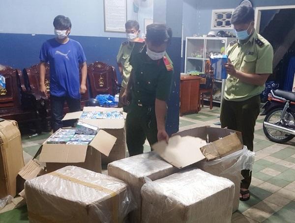 Lực lượng chức năng An Giang kiểm đếm số khẩu trang vi phạm