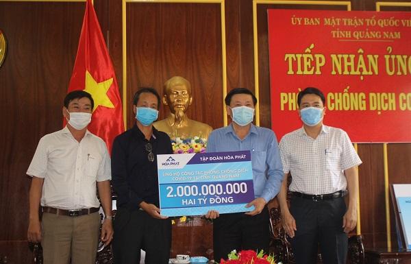 Ông Trần Văn Tân - Phó chủ tịch UBND tỉnh Quảng Nam (đầu tiên bên phải) đại diện nhận hỗ trợ từ Tập đoàn Hòa Phát